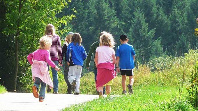 Giochi per passeggiare con i bambini per strada
