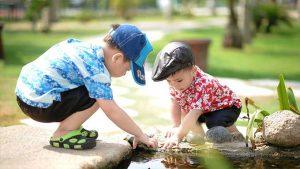 giocare con l'acqua con i bambini