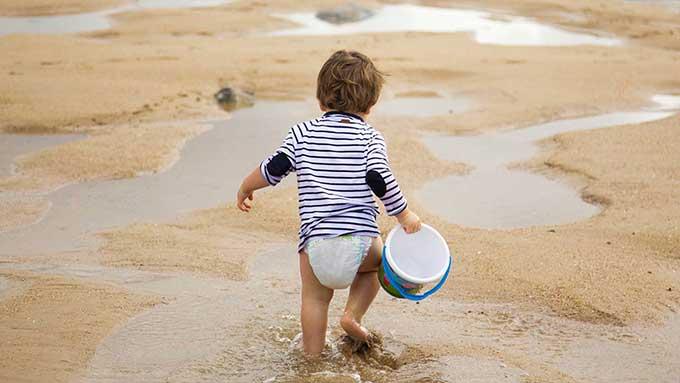 bambini piccoli al mare in spiaggia