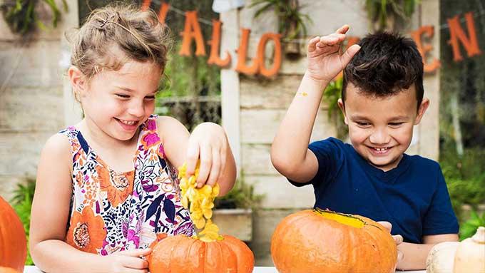 Intagliare zucca bambini decorare Halloween