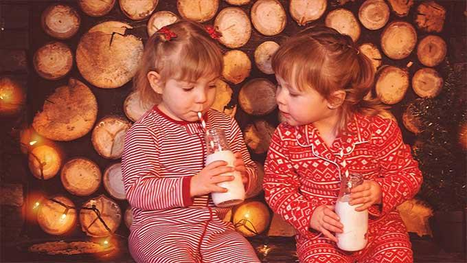 Bambine aspettano Babbo Natale