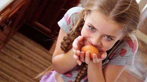 bambina uovo da decorare per Pasqua