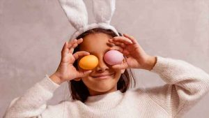 bambina vestita da coniglietto con uova