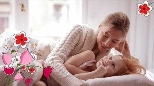 bambina e mamma felici con fiori